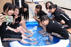 プールで涼み夏気分を満喫するエビ中。