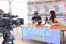 「ファミえんラジオ」放送中のバックステージ。
