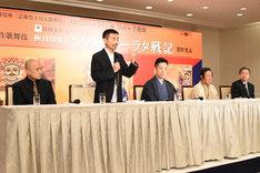 左から青木豪、宮城聰、尾上菊之助、尾上菊五郎、安孫子正副社長。