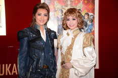 宝塚歌劇月組「浪漫活劇(アクション・ロマネスク)『All for One』~ダルタニアンと太陽王~」囲み取材より、左から珠城りょう、愛希れいか。