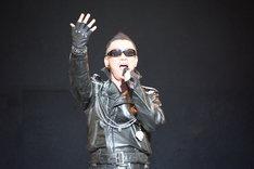 「愛をとりもどせ!!」を歌うムッシュ吉崎(クリスタルキング)※「崎」はたちざきが正式表記。