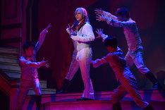 「王室教師ハイネ-THE MUSICAL-」ゲネプロより、君沢ユウキ演じるローゼンベルク(中央)。