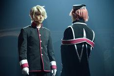 「王室教師ハイネ-THE MUSICAL-」ゲネプロより、左から安里勇哉演じるカイ、植田圭輔演じるハイネ。