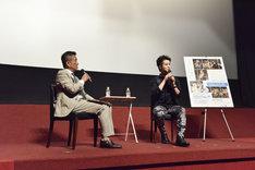 左から朝岡聡アナウンサー、田代万里生。