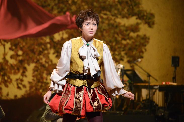 KAAT×パルコ プロデュース公演「オーランドー」フォトコールより、多部未華子演じるオーランドー。
