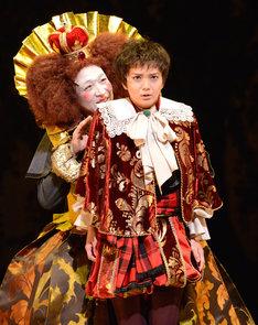 KAAT×パルコ プロデュース公演「オーランドー」フォトコールより、奥から小日向文世演じるエリザベス女王、多部未華子演じるオーランドー。