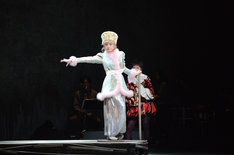 KAAT×パルコ プロデュース公演「オーランドー」フォトコールより、小芝風花演じるサーシャ。
