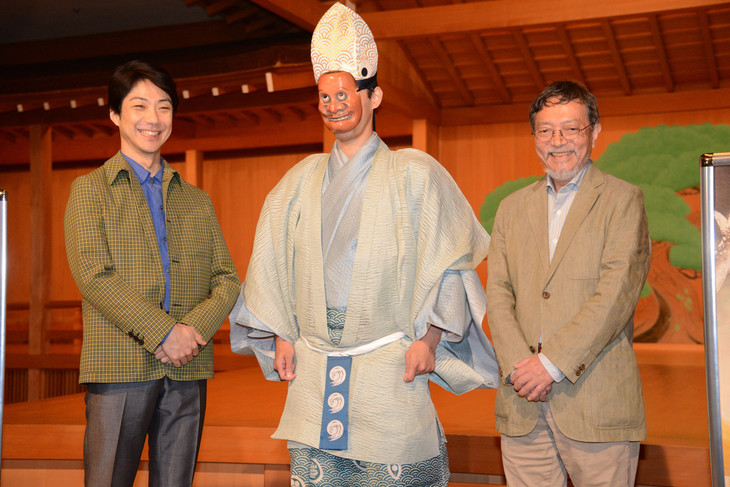 鮎に扮した俳優の登場に、笑顔を見せる野村萬斎(左)と池澤夏樹(右)。