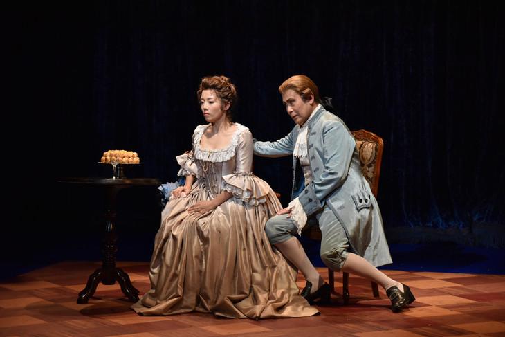 「アマデウス」ゲネプロより、左から大和田美帆演じるコンスタンツェ、松本幸四郎演じるサリエーリ。