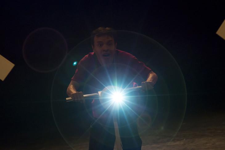 小野寺修二・カンパニーデラシネラ「WITHOUT SIGNAL!(信号がない!)」より。(撮影:西野正将)