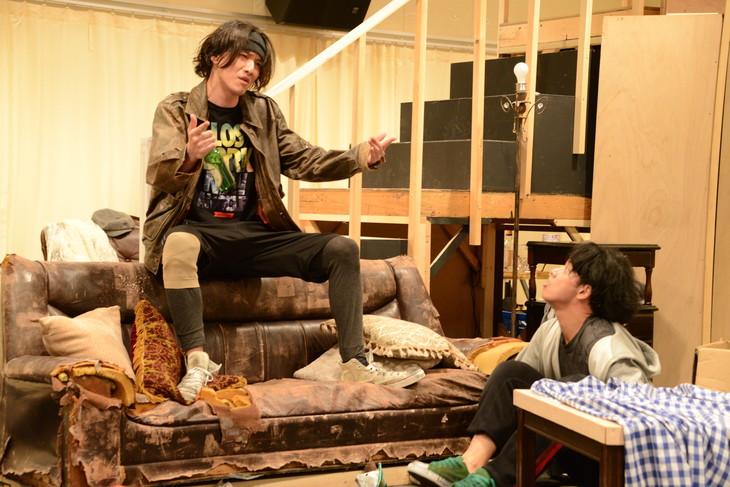 「オーファンズ」公開稽古より。左からトリート役の細貝圭、フィリップ役の佐藤祐基。