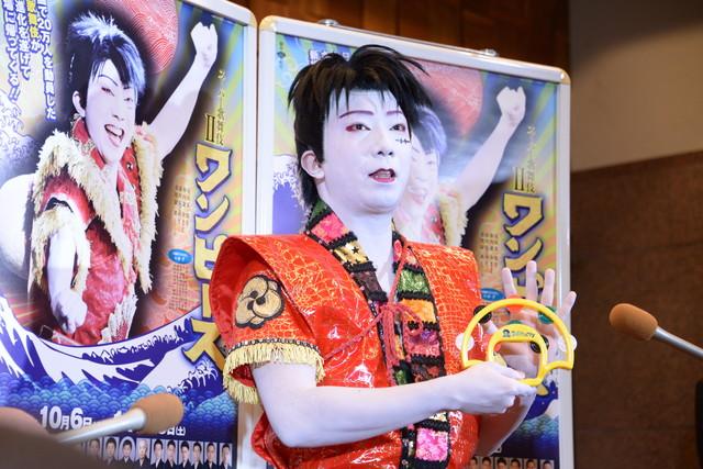 """「スーパー歌舞伎II(セカンド)『ワンピース』」囲み取材より、新アイテム""""スーパータンバリン""""の解説をする市川猿之助。"""