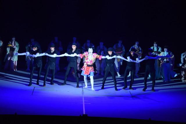 """「スーパー歌舞伎II(セカンド)『ワンピース』」公開舞台稽古より、""""腕ダンス""""のシーン。"""