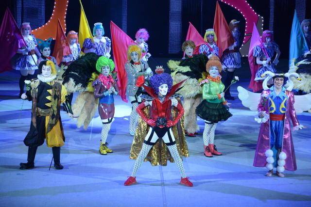 「スーパー歌舞伎II(セカンド)『ワンピース』」公開舞台稽古より、ニューカマーランドのシーン。舞台手前左から中村隼人演じるイナズマ、浅野和之演じるイワンコフ、坂東巳之助演じるボン・クレー。