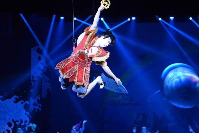 """「スーパー歌舞伎II(セカンド)『ワンピース』」公開舞台稽古より、市川猿之助演じるルフィによる宙乗り。右手には新アイテムの""""スーパータンバリン""""。"""