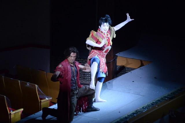 「スーパー歌舞伎II(セカンド)『ワンピース』」公開舞台稽古より。左から平岳大演じるエース、市川猿之助演じるルフィ。