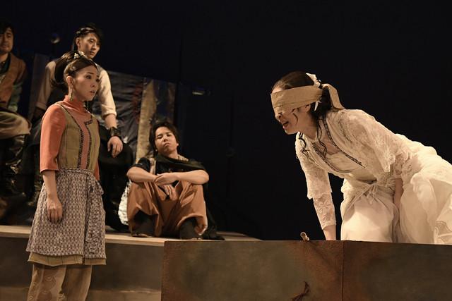 クロジ第16回公演「銀の国 金の歌」より。福圓美里演じる琴(左)。