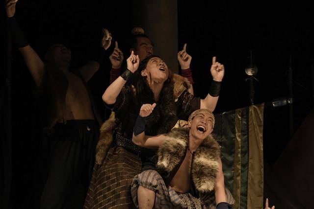 クロジ第16回公演「銀の国 金の歌」より。唐津(大高雄一郎)率いる山賊たち。