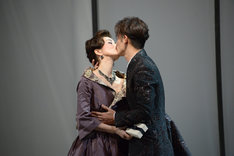 「危険な関係」ゲネプロより、口づけを交わすメルトゥイユ侯爵夫人(鈴木京香)とヴァルモン子爵(玉木宏)。