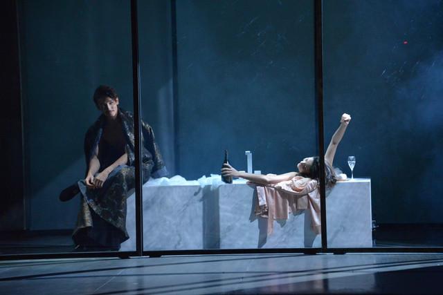 「危険な関係」ゲネプロより、左から玉木宏演じるヴァルモン子爵、土井ケイト演じるエミリー。