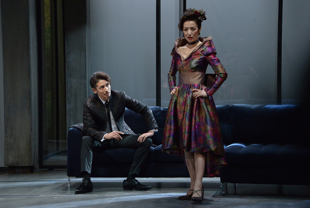 「危険な関係」ゲネプロより、左から玉木宏演じるヴァルモン子爵、鈴木京香演じるメルトゥイユ侯爵夫人。