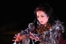 2005年に2005年11月、ク・ナウカが東京国立博物館 日本庭園 特設能舞台で初演した「オセロー」より。(撮影:内田琢麻)