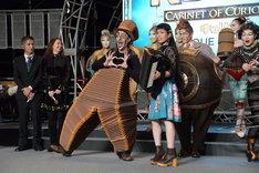 (中央)チャラン・ポ・ランタン小春の演奏に合わせて踊るニコ。