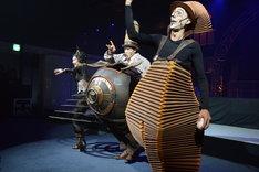 シルク・ドゥ・ソレイユ「ダイハツ キュリオス」日本公演 記者発表より。左からクララ、ミスター・マイクロコスモス、ニコ。