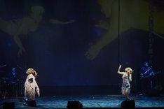 「HEDWIG AND THE ANGRY INCH『ヘドウィグ・アンド・アングリーインチ』SPECIAL SHOW」より。左から中村中演じるイツァーク、ジョン・キャメロン・ミッチェル演じるヘドウィグ。