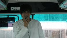 「財木琢磨の恋人気分2 祝25歳 お誕生日会&温泉ツアー in 水上温泉」より。バスの中で挨拶する財木琢磨。