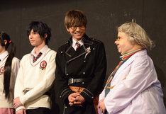 原勇弥(右)の真面目なコメントに笑う宮崎秋人(中央)。