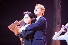 左から昆夏美演じるウェンズデー、村井良大演じるルーカス。