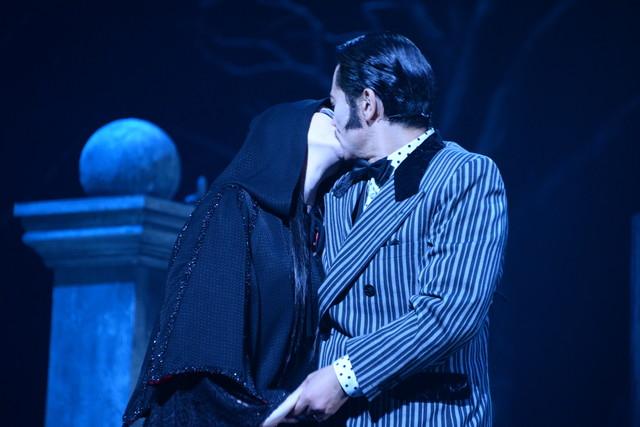 橋本さとし演じるゴメスと壮一帆演じるモーティシアのキスシーン。
