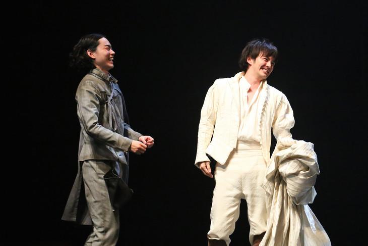 シス・カンパニー公演「ローゼンクランツとギルデンスターンは死んだ」より。左から菅田将暉、林遣都。(撮影:宮川舞子)