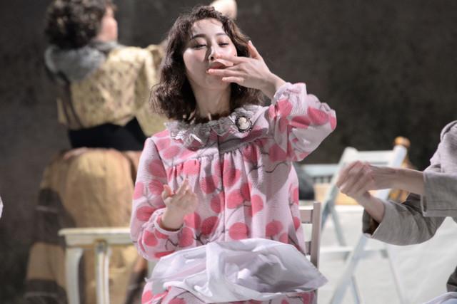 シアターコクーン・オンレパートリー2017「24番地の桜の園」公開フォトコールより。松井玲奈演じるアーニャ。