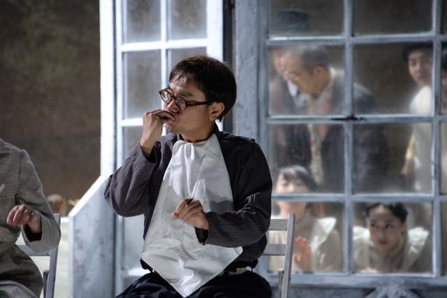シアターコクーン・オンレパートリー2017「24番地の桜の園」公開フォトコールより。八嶋智人演じるペーチャ。