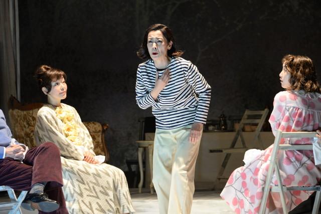 シアターコクーン・オンレパートリー2017「24番地の桜の園」公開フォトコールより。左から小林聡美演じるリューバ、久世星佳演じるシャルロッタ、松井玲奈演じるアーニャ。