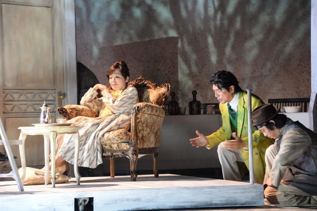 シアターコクーン・オンレパートリー2017「24番地の桜の園」公開フォトコールより。左から小林聡美演じるリューバ、高橋克典演じるロパーヒン。