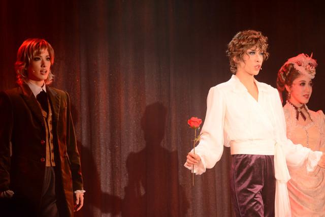 左から柚香光演じるアラン・トワイライト、明日海りお演じるエドガー・ポーツネル、仙名彩世演じるシーラ・ポーツネル男爵夫人。