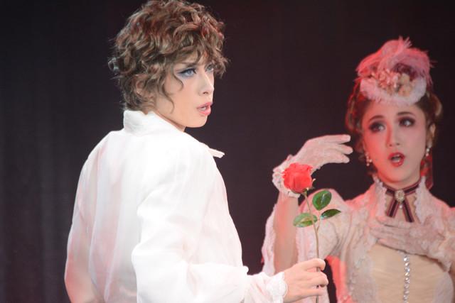 左から明日海りお演じるエドガー・ポーツネル、仙名彩世演じるシーラ・ポーツネル男爵夫人。