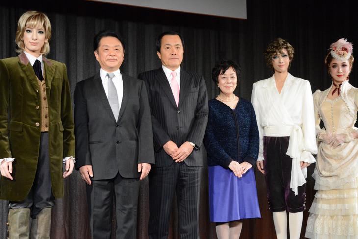 左から柚香光、小池修一郎、宝塚歌劇団理事長の小川友次、萩尾望都、明日海りお、仙名彩世。