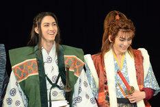 左から島左近役の古川毅、前田慶次役の鍵本輝。