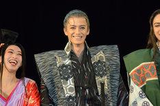 「SUPER★DRAGONの小野健斗です」と自己紹介する下坂左玄役の小野健斗。