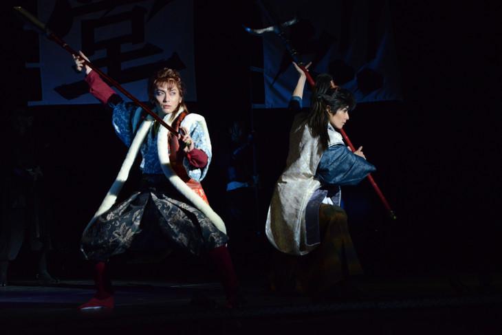 左から鍵本輝演じる前田慶次、猪野広樹演じる直江兼続。