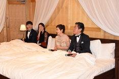 ミュージカル「リトル・ナイト・ミュージック」製作発表会見より、IKEAのベッドに入った状態で登場したキャスト陣。左からウエンツ瑛士、蓮佛美沙子、大竹しのぶ、風間杜夫。