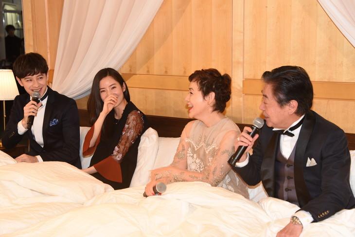 ミュージカル「リトル・ナイト・ミュージック」製作発表会見より、IKEAのベッドに入った状態で挨拶するキャスト陣。左からウエンツ瑛士、蓮佛美沙子、大竹しのぶ、風間杜夫。