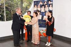 ミュージカル「リトル・ナイト・ミュージック」製作発表会見より。スウェーデン大使からの花束贈呈。