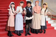 ミュージカル「屋根の上のヴァイオリン弾き」初日直前会見より、左から唯月ふうか、実咲凜音、市村正親、鳳蘭、神田沙也加。