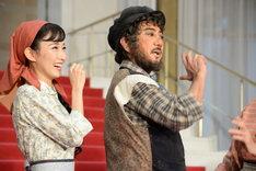 左から実咲凜音、男役風のポーズを取る市村正親。