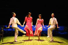 「かがみのかなたはたなかのなかに」より。左から首藤康之、長塚圭史、松たか子、近藤良平。(撮影:宮川舞子)